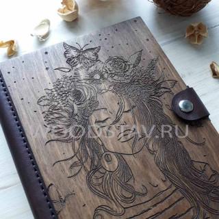 Ежедневник из дерева и кожи Девушка с цветами (LW-00024)