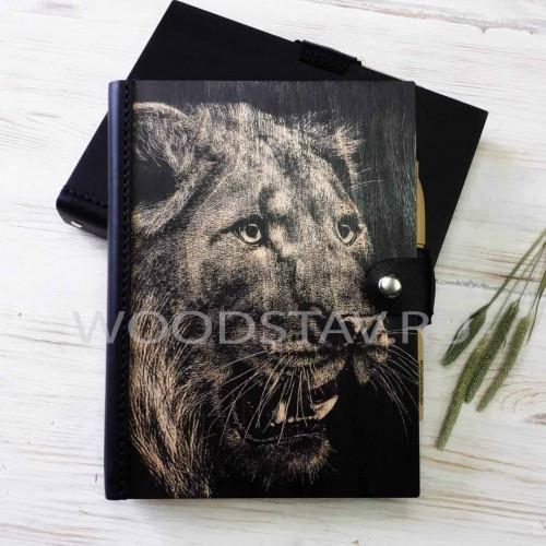 Ежедневник из дерева и кожи львица